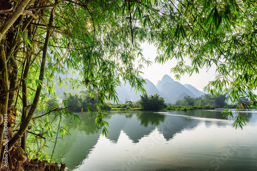Fotobehang Bergrivier Scenic view of the Yulong River at Yangshuo, Guilin, China