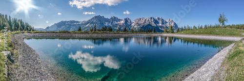 Leinwanddruck Bild ein herrlich blauer See vor dem großen Wilden Kaiser