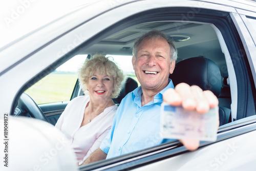Foto Murales Senior Mann zeigt seinen Führerschein im Auto