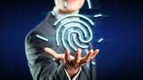 Geschäftsmann präsentiert Fingerabdruck als Authentifizierungsmethode
