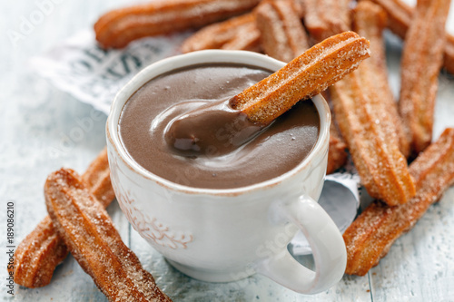 Keuken foto achterwand Chocolade Traditional Spanish dessert churros.