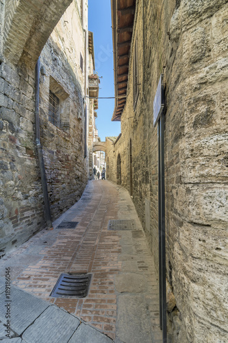 Foto op Canvas Smal steegje Narrow alley of the historical center of San Gimignano, Siena, Tuscany, Italy