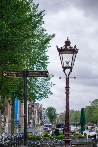 Lampe und Schild auf Gracht Poster