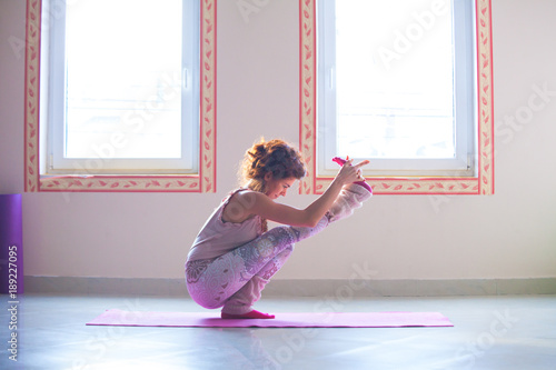 Obraz na płótnie young woman practice yoga indoor full body shot