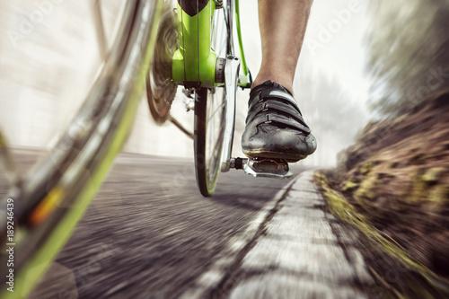 Pedale eines Rennrads während der Fahrt