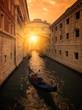 Atardecer en Venecia, puente de los suspiros. Gondoleros paseando a turistas en sus gondolas