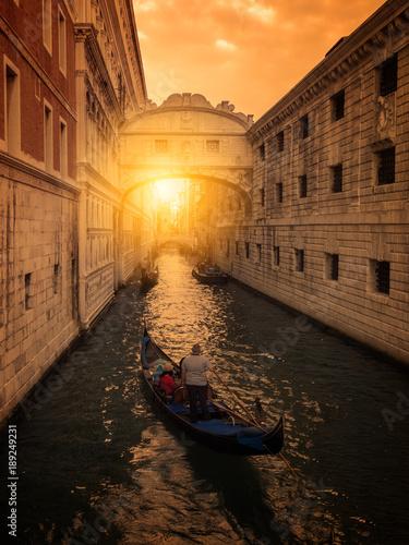 Foto op Plexiglas Venetie Atardecer en Venecia, puente de los suspiros. Gondoleros paseando a turistas en sus gondolas