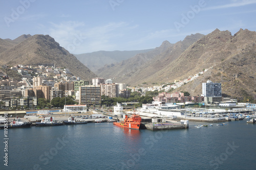 In de dag Canarische Eilanden The volcanic mountains above Santa Cruz de Tenerife harbour in the Canary islands
