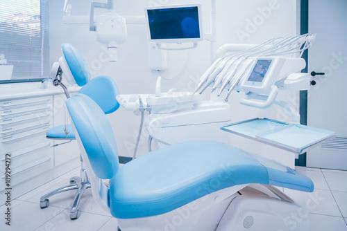 Dentista ambiente di lavoro e strumenti medici © andreave89