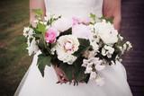 Bouquet de mariée de style champêtre avec des roses et des freesias dans les mains d'une mariée - 189341425