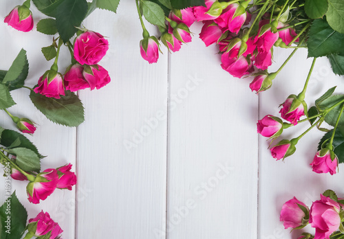 Plakat Small pink roses on the white wooden table
