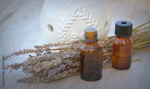 Foto op Canvas Lavendel huile essentielle de lavande séchée,sur fond bois