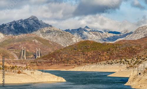 Staande foto Beige Paisaje de montaña, Pantano de Barrios de Luna y puente atirantado, León, España.