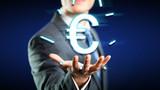 Geschäftsmann mit Eurosymbol über seiner Hand
