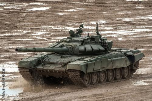 rosyjski czołg na polu bitwy