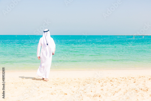 Foto op Plexiglas Dubai Young Arabian Man On The Beach