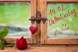 14. Februar, Valentinstag  -  Rose und Herz auf Fensterbank
