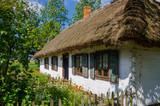 Wiejska chata w skansenie w Maurzycach pod Łowiczem - 189597426