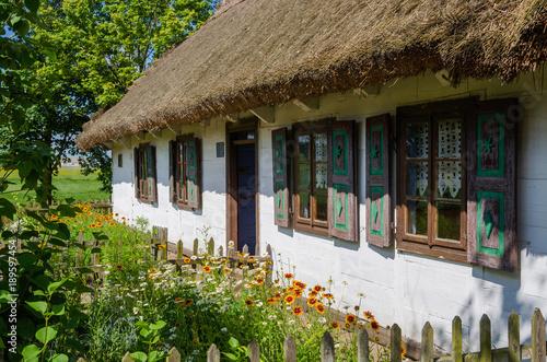 Wiejska chata w skansenie w Maurzycach pod Łowiczem © Dejan Gospodarek