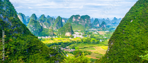 Keuken foto achterwand Guilin Panoramic view of landscape with karst peaks around Yangshuo County and Li River, Guangxi Province, China.