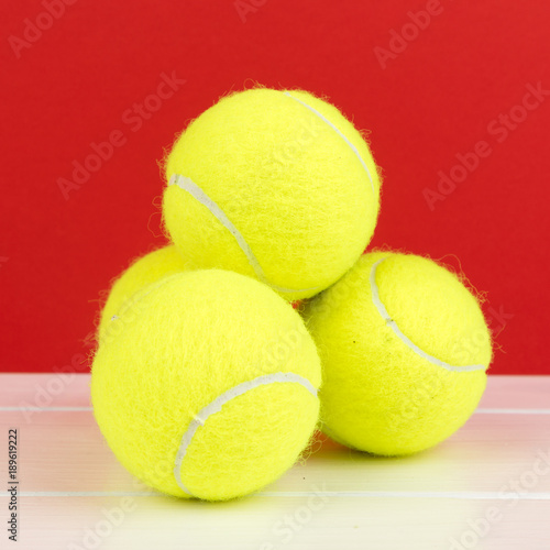 Fotobehang Tennis tennis balls with red background