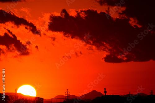 Fotobehang Rood 夕焼け/特別寒い冬の夕暮れ。綺麗な夕日とオレンジ色に染まります。