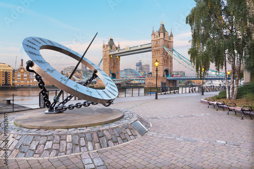 Foto Murales LONDON, GREAT BRITAIN - SEPTEMBER 14, 2017:  The Tower Bride and sun clock on the riverside in morning light.