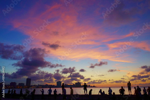 Deurstickers Havana Sunset at Malecon, the famous Havana promenades where Habaneros, lovers and most of all individual fishermen meet, Havana, Cuba