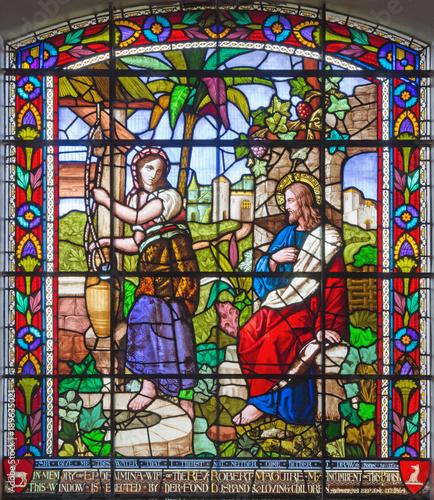 londyn-wielki-brytania-wrzesien-15-2017-jezus-i-samaritans-przy-scena-na-satined-szkle-st-james-kosciol-clerkenwell