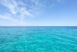 Weite bis zum Horizont, türkisfarbenes Meer bis zum sommerlichen Himmel - 189646887