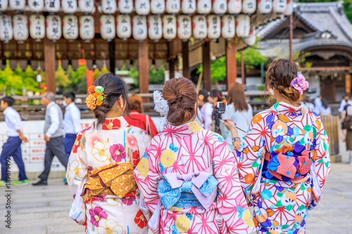 Plexiglas Kyoto Three Japanese women in kimono take picture of paper lanterns of Yasaka Shrine in Kyoto, Japan. Gion Shrine is one of the most famous shrines in Kyoto between Gion District and Higashiyama District.