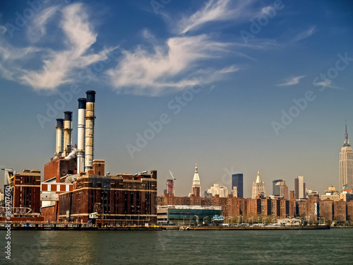 Foto op Aluminium New York Manhattan Smoke Stacks Along the East River