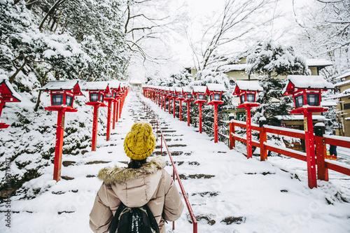 Foto Murales 神社の雪景色と女性