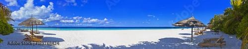 Piękna Maldives plaża na Reethi plaży w panorama formacie