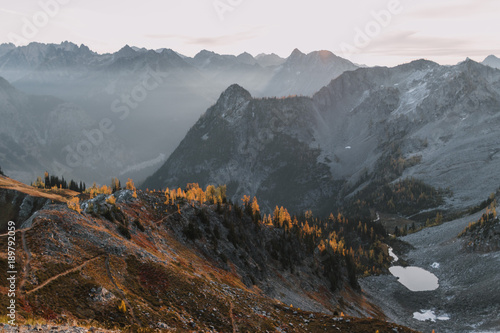 Foto op Plexiglas Grijs sunrise over mountains, lakes and larch trees