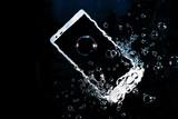 水の中に沈みゆくスマートフォン - 189839023
