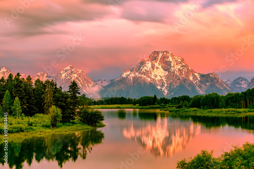 Aluminium Lichtroze Mountains in Grand Teton National Park at sunrise. Oxbow Bend on the Snake River.