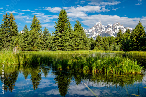 Fotobehang Bergrivier Mountains in Grand Teton National Park with reflection in Snake River