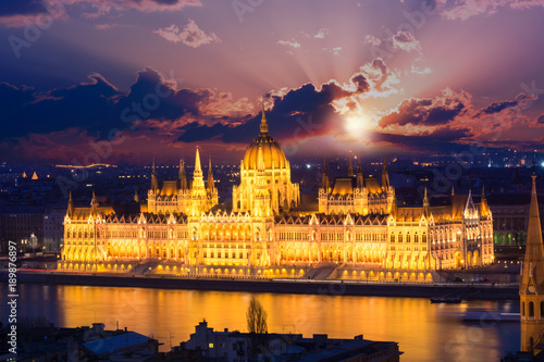 In de dag Boedapest Beautiful night scene over the famous building of the Parliament in Budapest, Hungary