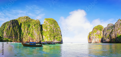 Fotobehang Thailand beach and boats at famous beautiful Maya Bay, Ko Phi Phi Le island, Krabi, Thailand. Panoramic view.