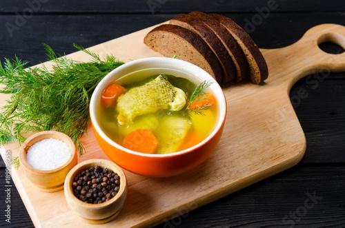 fischsuppe-diente-auf-dem-tisch-in-der-platte