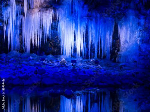 Foto op Canvas Donkerblauw ライトアップされた三十槌の氷柱