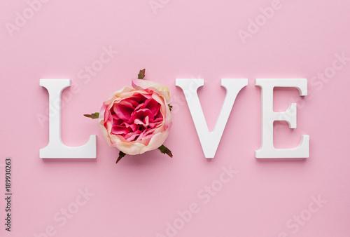concepto-del-dia-de-san-valentin-con-cartas-de-amor-sobre-fondo-rosa