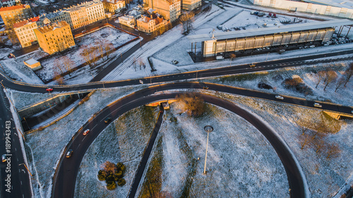 In de dag Nacht snelweg Riga elevated road junction and interchange overpass at winter sunset time