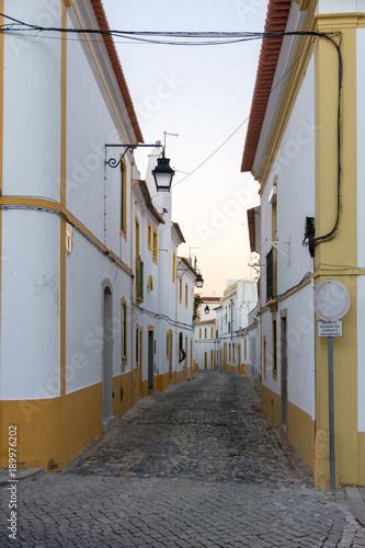 Fotobehang Smalle straatjes Ruas da cidade de Evora, Portugal. 2017