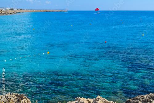 Foto op Canvas Blauwe jeans Parasailing am Nissi Beach, blaues Meer, schöner Ausblick, Zypern