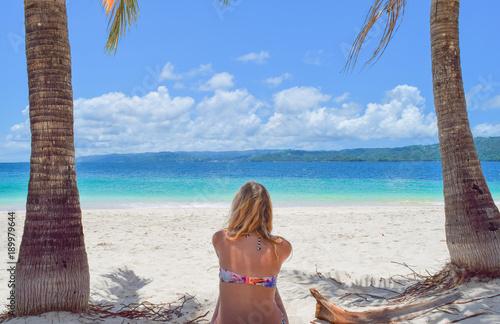 Fotobehang Tropical strand Mädchen von hinten am weißen Sandstrand und schaut auf das Meer, Dominikanische Republik, Karibik, Samana