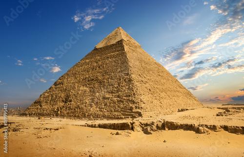 krajobraz-z-piramida,-piasek,-niebo