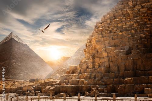 krajobraz-egipskich-piramid,-niebo,-piasek