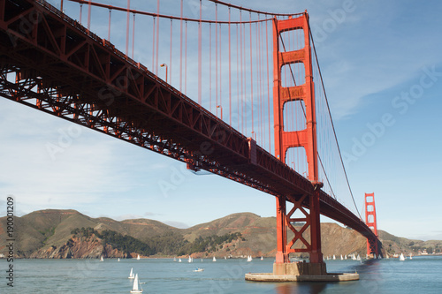 Fotobehang San Francisco Golden Gate Bridge and Sailboat